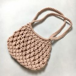 Różowa torebka pleciona