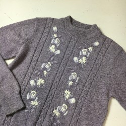 Sweter z haftem